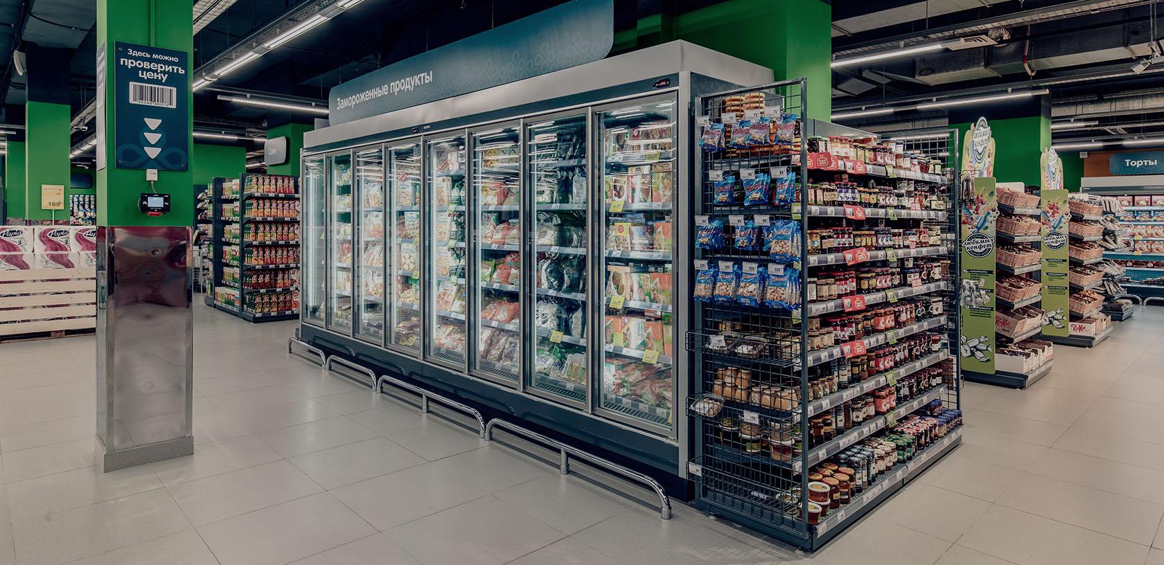 Холодильные шкафы в супермаркете перекресток
